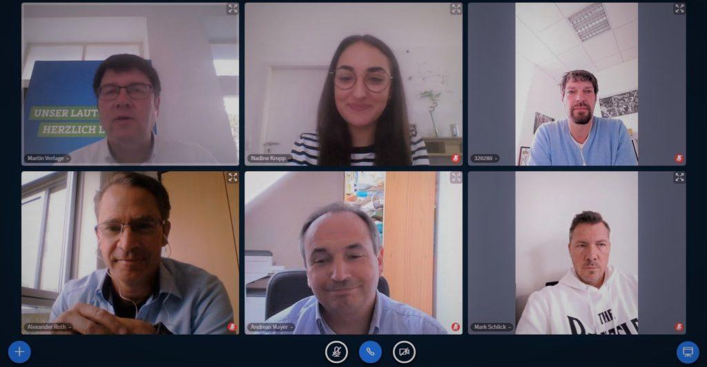 Das Bild wurde aus einer Videokonferenz heraus aufgenommen und zeigt insgesamt die Gesichter von sechs Personen: Dr.Martin Verlage (oben links), Nadine Kropp (oben mittig), Alexander Roth (unten links), Andreas Mayer (unten mittig), Mark Schlick (unten rechts)