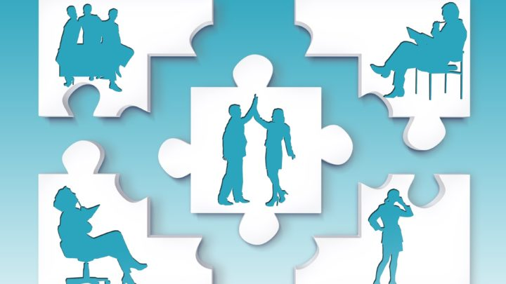 Zu sehen sind 5 Puzzleteile, verteilt im Bild. In den weißen Puzzleteilen sind Silhouetten von einzelnen Männern und Frauen zu sehen. Das Puzzleteil in der Mitte zeigt eine Frauensilhouette und eine Männersilhouette, die ihre Hände nach oben regen und dabei ihre Hände berühren.
