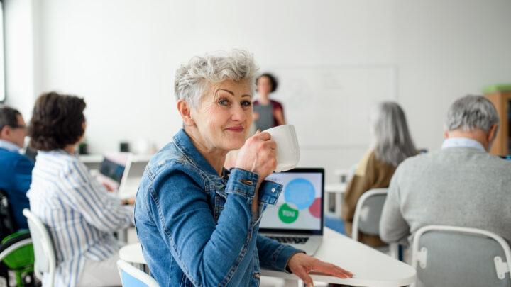 Auch als älterer Mensch kann man sich mit digitalen Geräten vertraut machen.